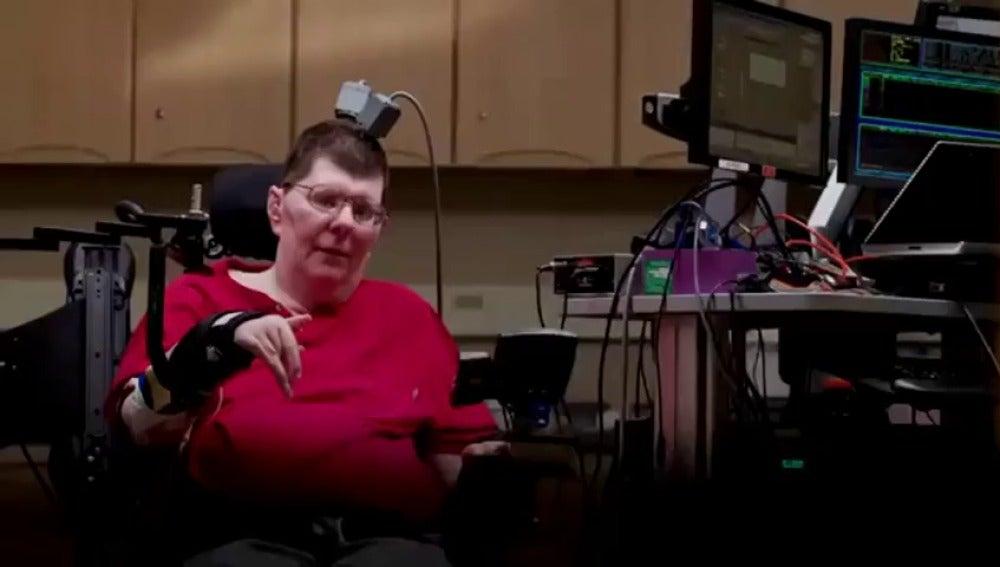 Frame 0.0 de: Un tetrapléjico logra mover el brazo y su mano gracias a un implante en el cerebro