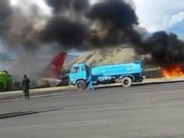 Frame 9.69839 de: Sobreviven 141 pasajeros después de que su avión se incendiase durante su aterrizaje en Perú
