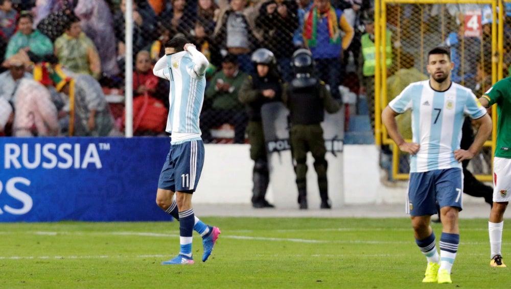 Di María se echa la camiseta a la cabeza ante Bolivia