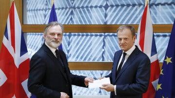 El embajador británico ante la UE entrega la carta que invoca el artículo 50 del Tratado de Lisboa a Donald Tusk