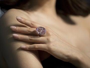 """El diamante """"Estrella rosa"""", durante la presentación a la prensa de la subasta en Sotheby's"""