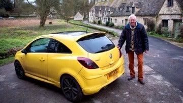 Peter Maddox con su Vauxhaull amarillo