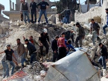 58 muertos por un ataque químico y otros ocho por un bombardeo aéreo en el norte de Siria