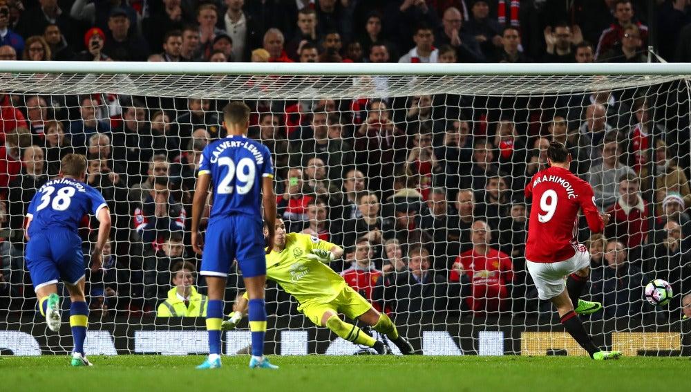 Zlatan Ibrahimovic lanzando un penalti