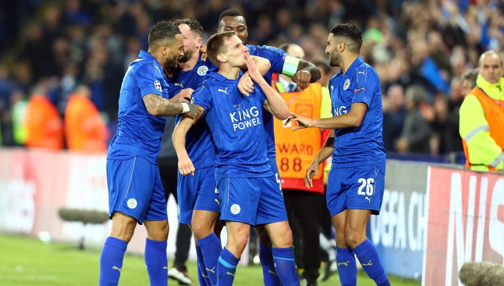 Marc Albrighton, del Leicester, celebra un gol con sus compañeros