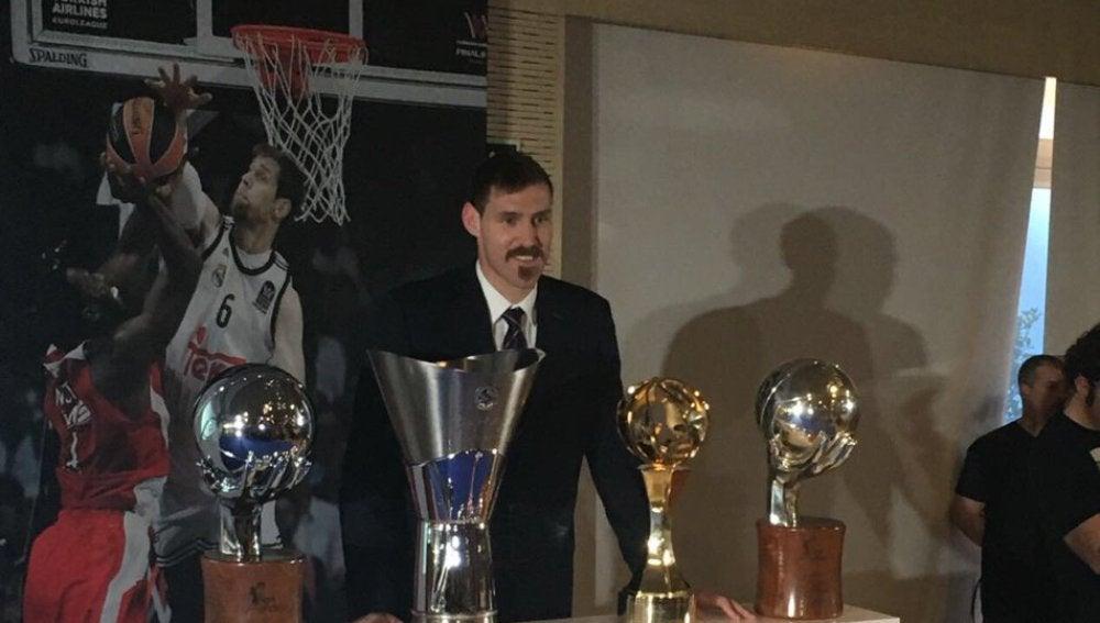 Nocioni posa con los trofeos que ha ganado en el Real Madrid de basket