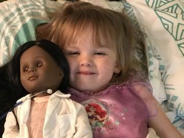 Sophia junto a su muñeca
