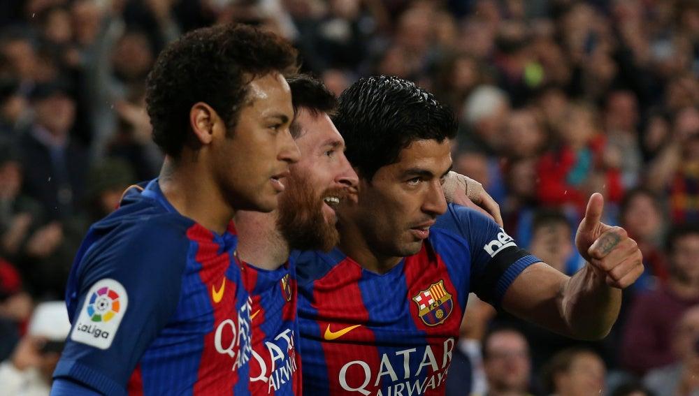 La MSN celebra uno de sus goles en el Camp Nou