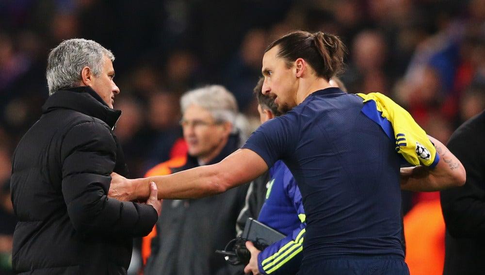 Ibrahimovic habla con Mourinho durante un partido