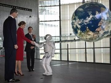 Felipe y Letizia saludan a un robot