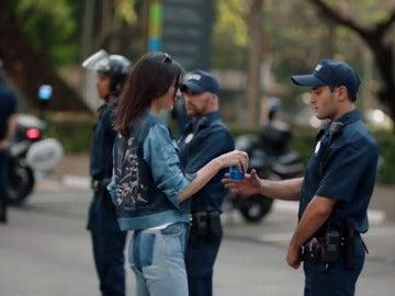 """Frame 126.536209 de: Pepsi retira un anuncio protagonizado por Kendall Jenner """"ofensivo"""" por frivolizar con las protestas raciales"""