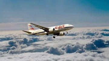Un avión volando