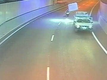 Frame 5.470318 de: Un colchón que sale disparado de un camión atropella a un motorista en mitad de un túnel