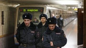Policías rusos patrullan por una estación de metro en Moscú
