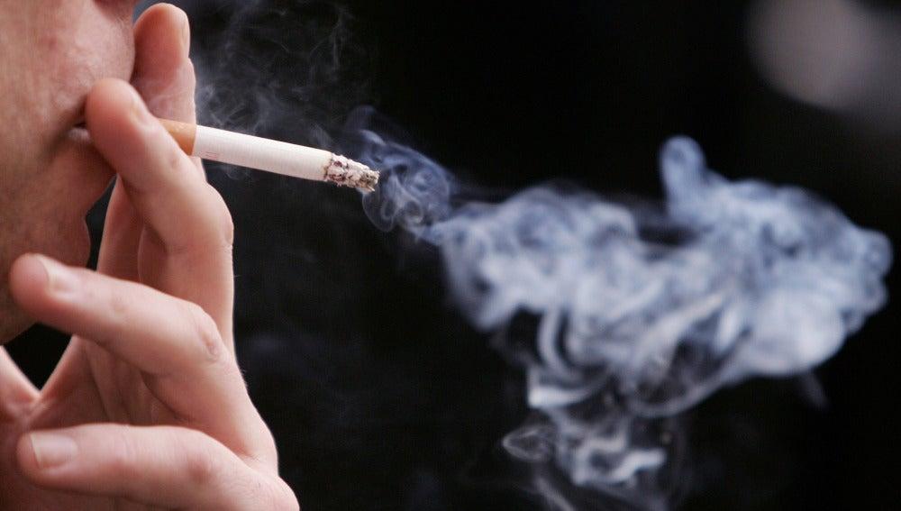 Una persona fumando
