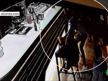 Frame 17.301753 de: Brutal paliza a un cliente de un bar de Bilbao por salir en defensa de una camarera