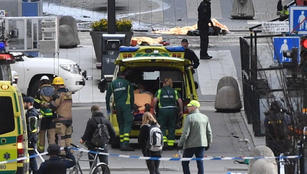 Una ambulancia atiende a los heridos en el centro de Estocolmo