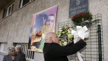 Quico Permuy, tío de José Couso, durante la ofrenda floral institucional que el Ayuntamiento de Ferrol