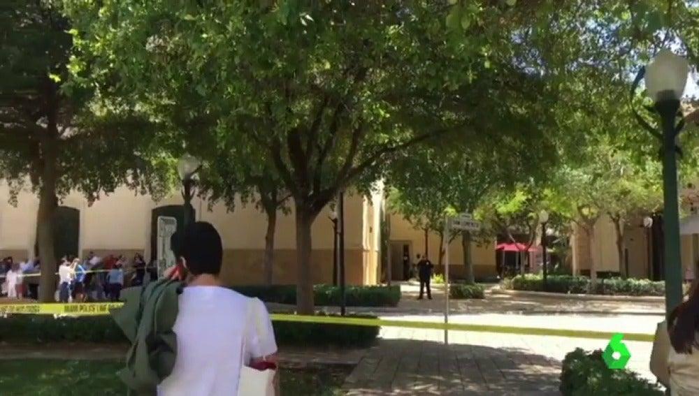 Un muerto y tres heridos en un tiroteo en un centro comercial de Miami