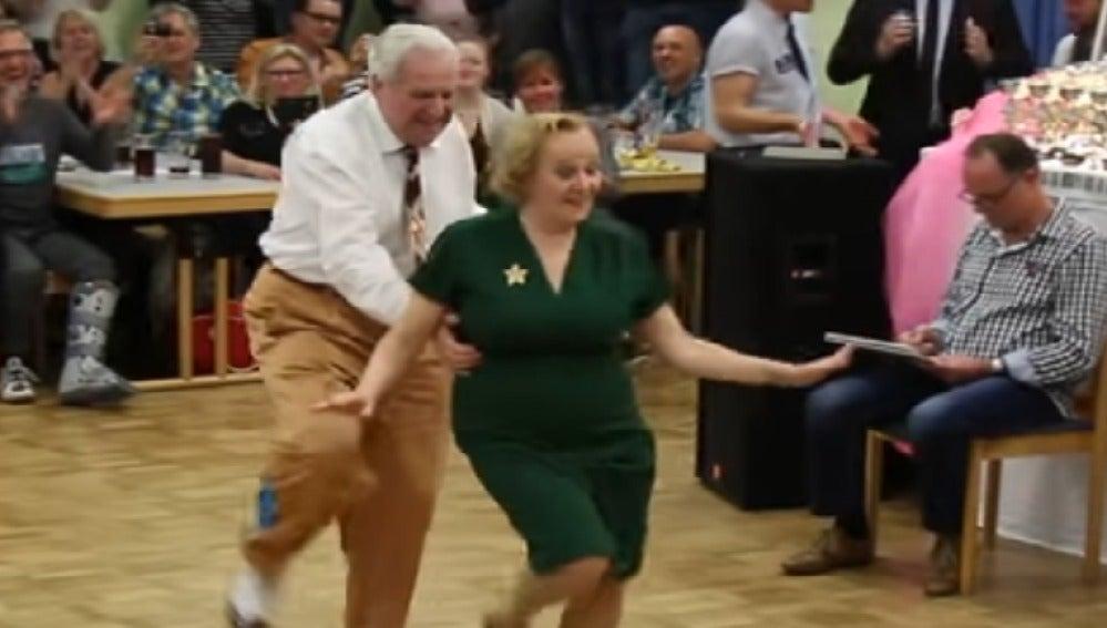 Una pareja de jubilados causan furor en las redes sociales por sus acrobacias en la pista de baile