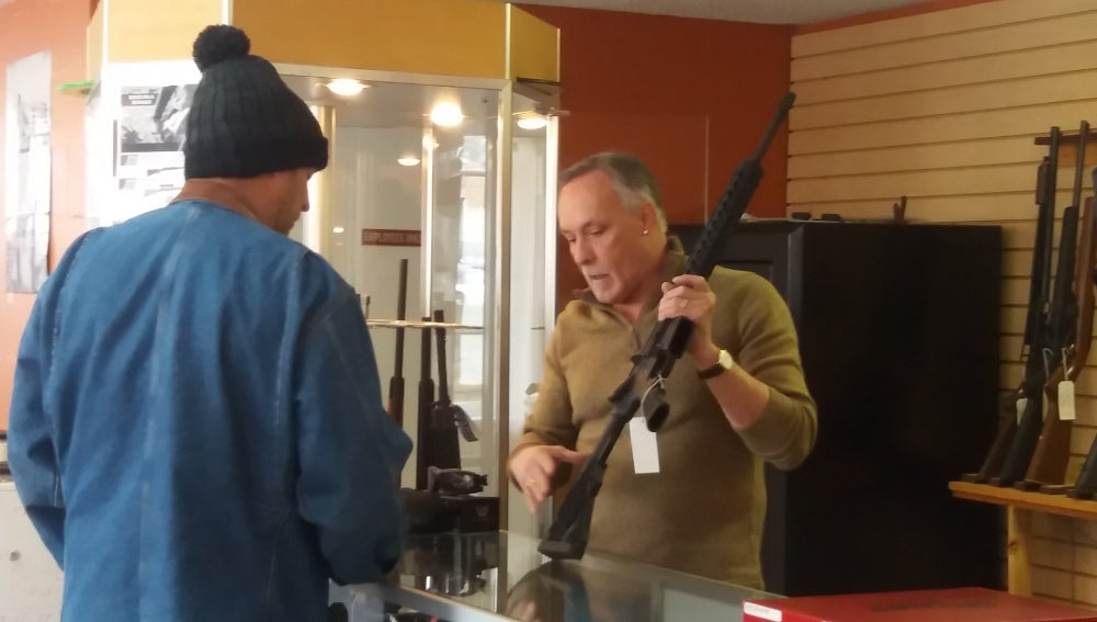 Darrel, propietario de una tienda de armas en EEUU
