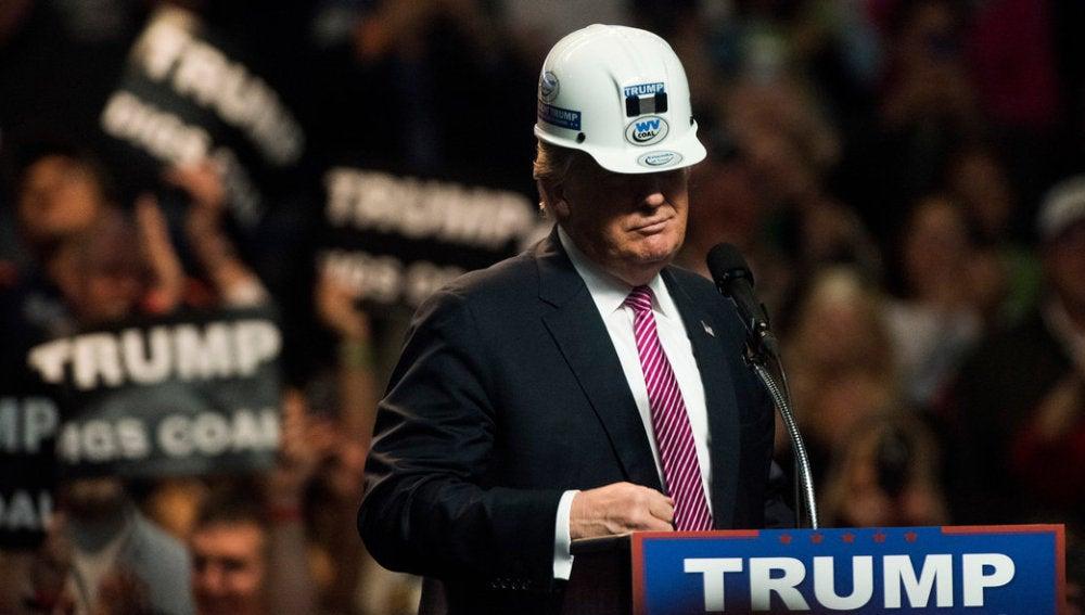 Donald Trump ataviado con un casco de obra en campaña