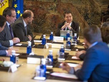 El presidente de Castilla-La Mancha, Emiliano García-Page, al frente del Consejo de Gobierno urgente