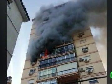 Frame 0.57896 de: El angustioso rescate de una anciana atrapada en el incendio de su vivienda en Málaga