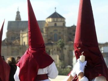 Nazarenos de la hermandad de el Descendimiento durante la procesión