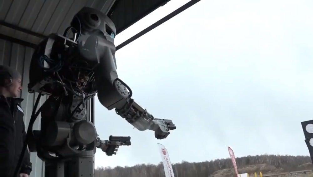 FEDOR, el robot creado por Rusia que puede disparar con dos manos