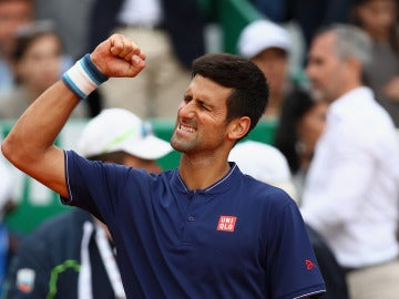Novak Djokovic celebra su victoria ante Gilles Simon
