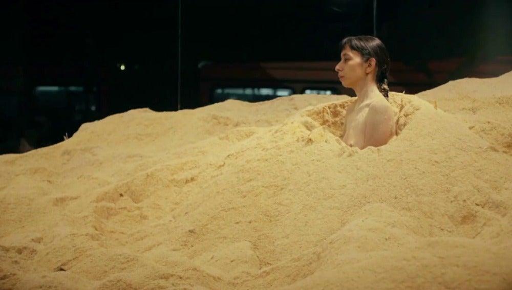 Frame 0.0 de: Regina José Galindo, la artista guatemalteca criticada por denunciar la desigualdad con su cuerpo desnudo