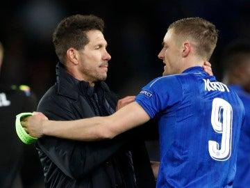 Simeone saluda a Vardy tras finalizar el partido