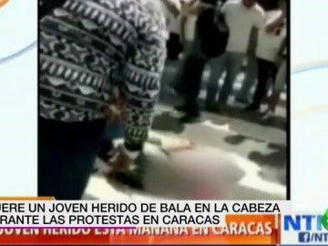 Frame 13.945251 de: Muere un joven herido de bala en la cabeza durante una manifestación en Caracas