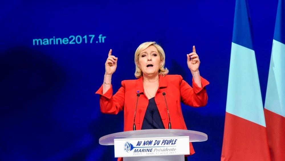 La líder y candidata del partido Frente Nacional, Marine Le Pen, da un discurso electoral