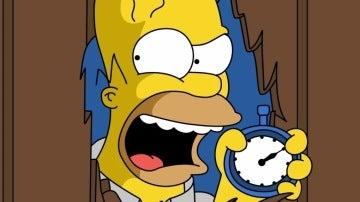 Hommer Simpson recreando una escena de 'El Resplandor'
