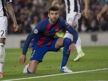 Gerard Piqué espera el centro en el partido del Camp Nou