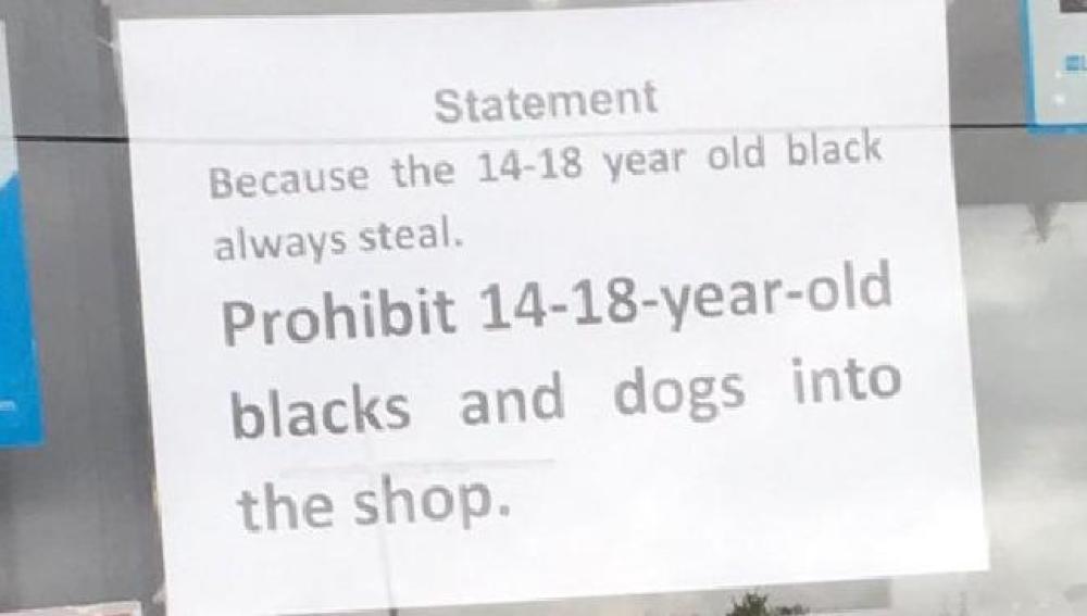Imagen del cartel racista colocado en el supermercado