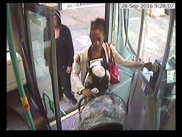 Frame 63.696934 de: Impactantes imágenes de una mujer que sube con su bebe muerto en un autobús ante la desconcertante mirada de los pasajeros