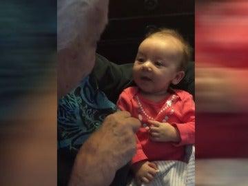 Abuela enseñando lengua de signos a su nieta