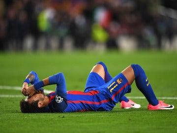 Neymar, derrumbado en el césped del Camp Nou tras el partido