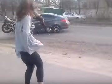 Brutal choque entre un coche y una moto