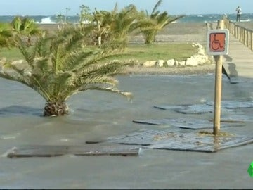 Frame 17.699556 de: Chiringuitos aislados y el paseo marítimo inundado debido al fuerte oleaje en las playas del litoral de Granada