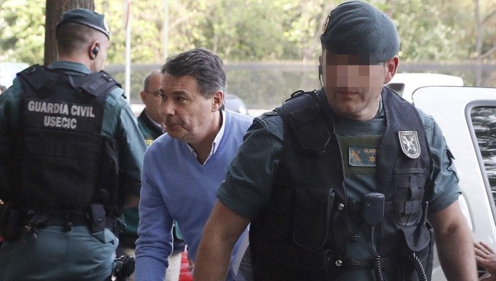 Ignacio González con agentes de la UCO