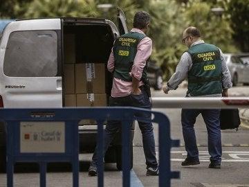 Agentes de UCO trabajando en la Operación Lezo