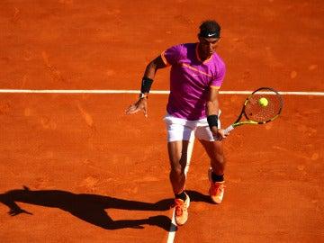 Rafa Nadal hace una volea durante su partido contra Zverev