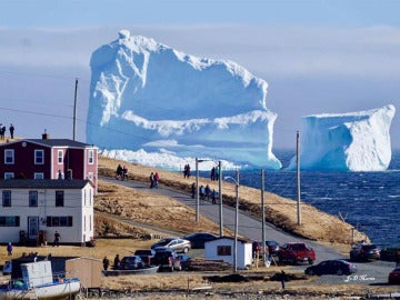 Una pequeña ciudad de Canadá recibe la visita de un gigantesco iceberg