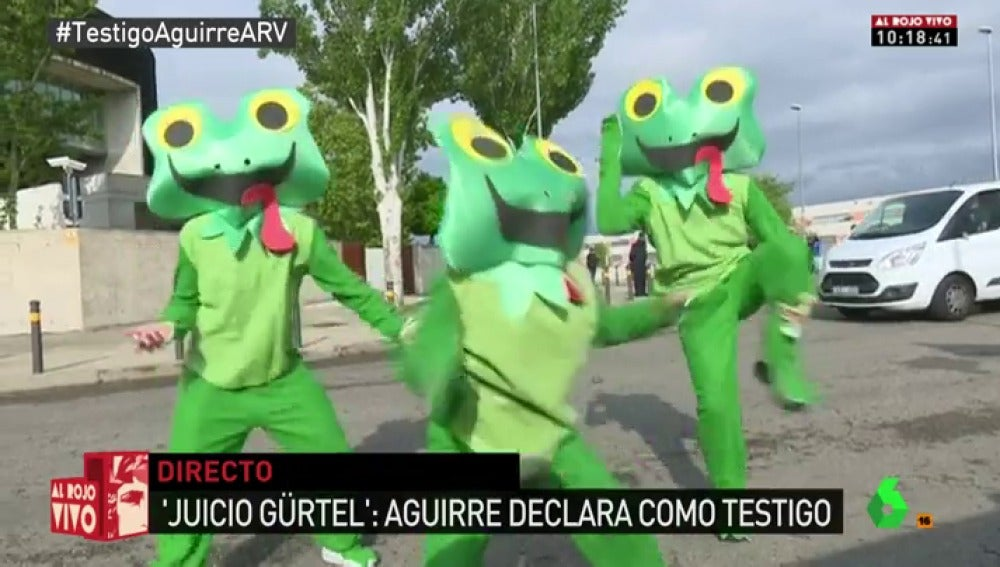 Varias ranas reciben a Esperanza Aguirre