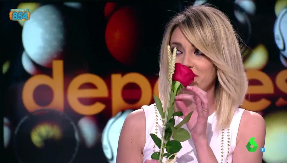 Frank Blanco le regala una rosa a Anna Simon por Sant Jordi