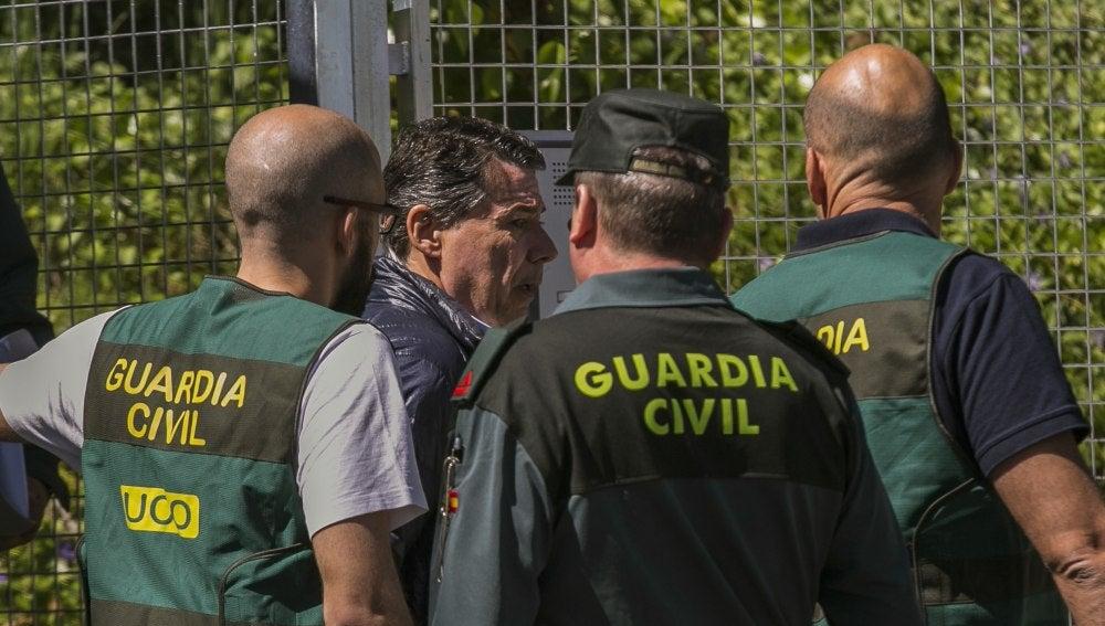 Ignacio González junto a varios agentes de la UCO